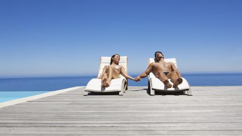 Мужчина и женщина лежат на берегу моря