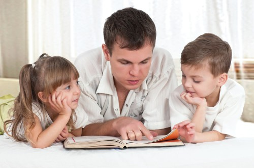 Папа учит сына и дочь