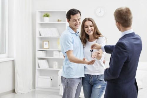 Молодой человек продал квартиру семейной паре
