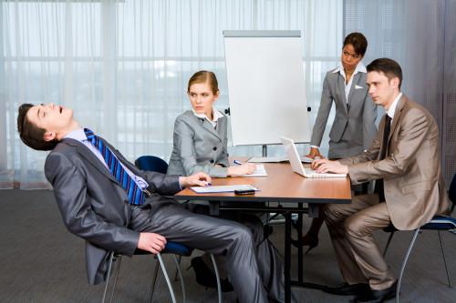 Мужчина уснул на работе во время совещания
