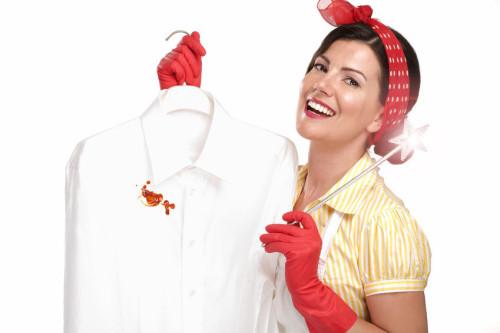 Девушка держит в руке сорочку с пятном