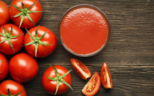 Томаты и томатный сок лежат на столе