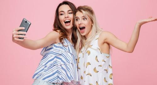 Две красивые девушки делают селфи