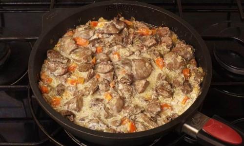 Куриная печень со сметаной и луком приготовленная на сковороде