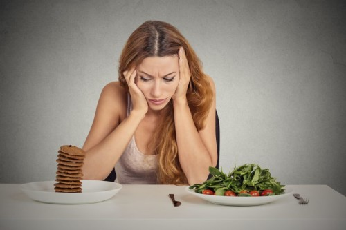 Девушка сидящая на диете